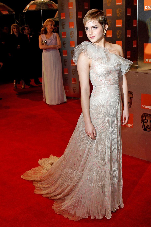 2011  Mit Pixie-Cut und im zarten One-Shoulder-Kleid von Valentino Couture verzaubert Emma Watson die BAFTA-Gäste.