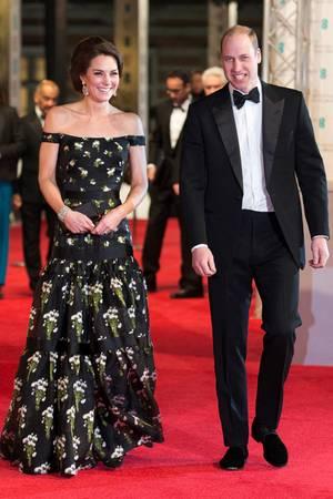 2017  Beim Anblick von Herzogin Catherines floralem Traumkleid von Alexander McQueen bekommt nicht nur Prinz William gute Laune, sondern auch wir.