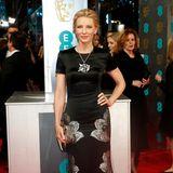 2014  Sehr elegant zeigt sich Cate Blanchett im schwarz-silbernen Satin-Kleid von Alexander McQueen.