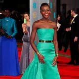 2014  Wie ein Smaragd schimmert Lupita Nyong'o im traumhaften Couture-Kleid von Christian Dior.