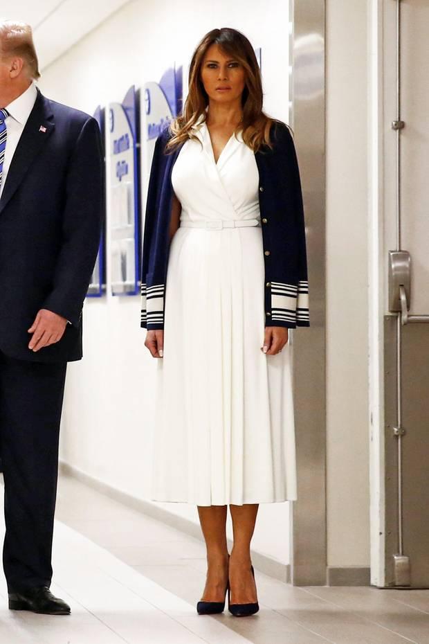 In weißem Kleid und mit blauem Cardigan sieht Melania Trump beim Besuch der Anschlagsopfer in Florida fast selbst aus wie eine Krankenschwester. Ob diese Kleiderwahl, so ein Motto-Outfit angemessen war, bleibt fraglich.