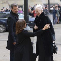 17. Februar  Familiärer Zusammenhalt: Mit einem tiefen Knicks verneigt sich Prinzessin Mary vor der trauernden Königin Margrethe.