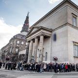 17. Februar  Um die Schlosskirche von Christiansborg herum haben sich viele royale Anhänger versammelt, um dem verstorbenen Prinz Henrik die letzte Ehre zu erweisen.