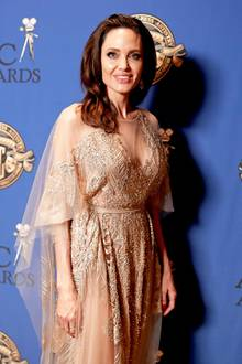 """Freudestrahlend posiert Hollywood-Beauty Angelina Jolie auf dem Red Carpet der""""Annual American Society Of Cinematographers Awards"""" in Los Angeles."""