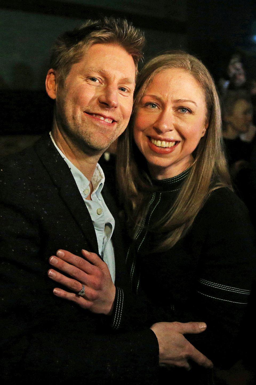 Auch von Chelsea Clinton bekommt Christopher Bailey zum Abschied eine feste Umarmung.