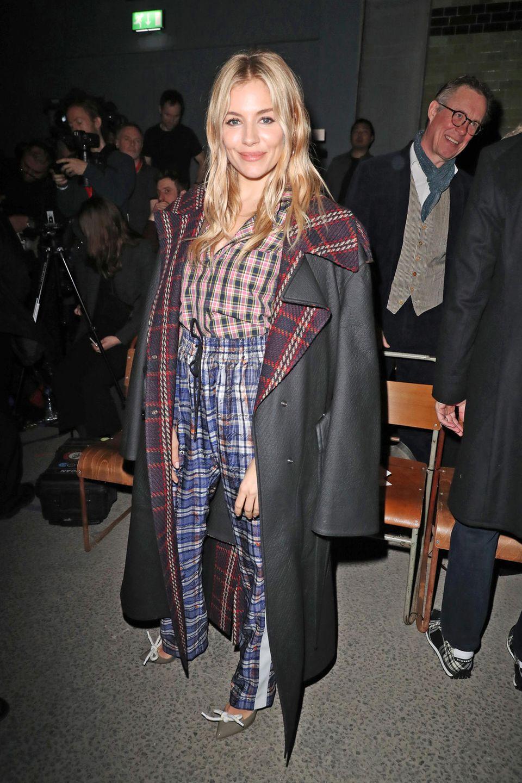 Sienna Miller bezaubert in der ersten Reihe im karierten Burberry-Outfit.