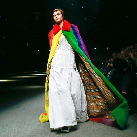 Cara Delevingne ist zurück auf dem Laufsteg! Sie führt im ausladendem Regenbogen-Mantel das Finale der Burberry-Show an.