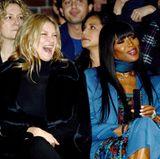 Worüber sich Kate Moss amüsiert, wissen wir nicht, dafür aber, dass noch zwei Stars neben ihr sitzen: links eine interessierte Naomi Watts und rechts ihr alte Freundin und Supermodel-Kollegin Naomi Campbell.