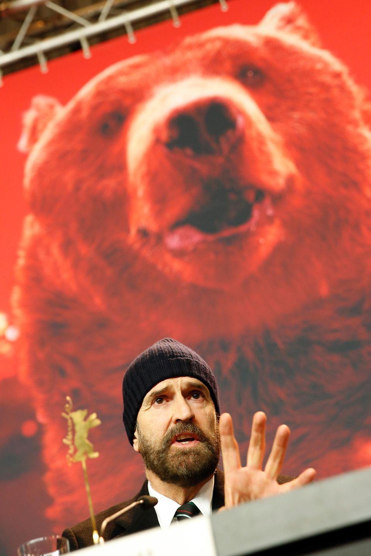 """Rupert Everett hat bei der Pressekonferenz für """"The Happy Prince"""" den Bären hinter sich."""