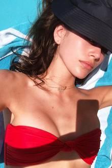 """Kaia Gerber, die schöne Tochter von Supermodel Cindy Crawford, zählt aktuell zu den gefragtesten Laufstegmodels der Branche. Die 16-jährige Kaia darf auf keinem Catwalk fehlen und das bedeute vor allem Stress. Kein Wunder, dass sich das Nachwuchs-Supermodel jetzt erstmal ausruhen muss. """"Wiederherstellung"""", schreibt sie zu diesem Selfie aus der Sonne."""