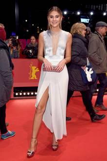 Topmodel Stefanie Giesinger hat alles richtig gemacht: Tolles Kleid, passende Accessoires und ein glamouröses Styling.