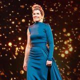 Ob dieses Kleid mit zwei Ärmeln besser aussehen würde, ist Geschmackssache. Dass Anke Engelke darin eine gute Figur macht, ist hingegen eine Tatsache.
