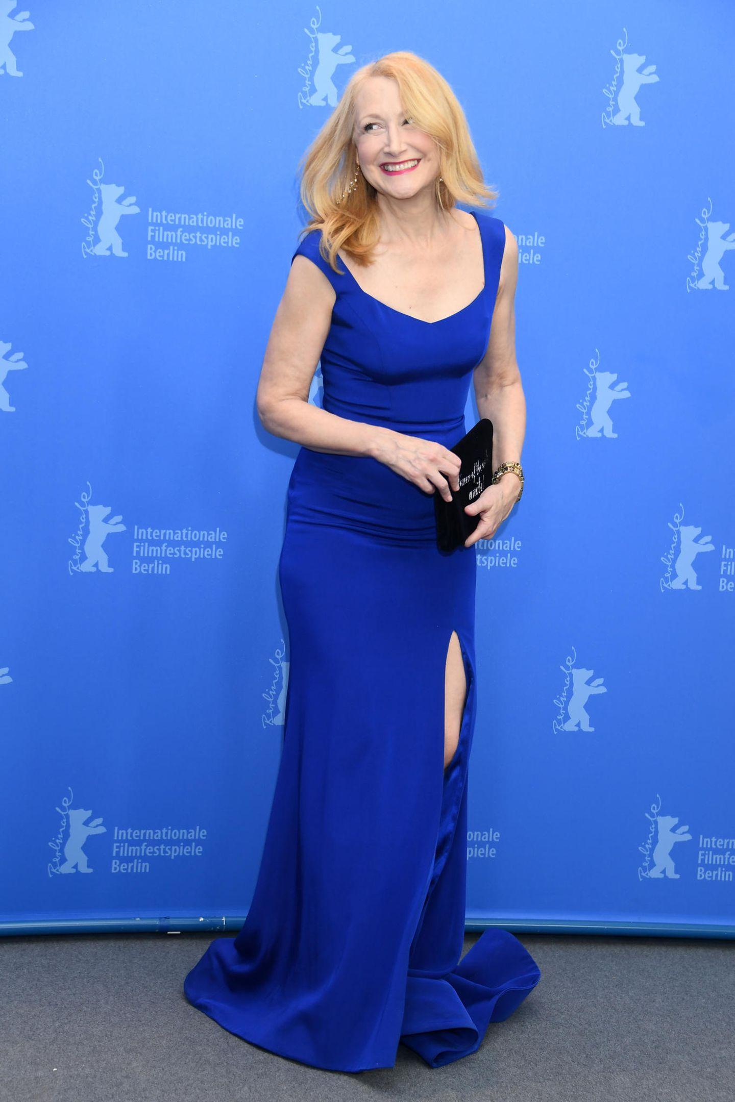 Patricia Clarksons Robe passt farblich nicht nur ausgezeichnet zur Berlinale-Fotowand, sie ist zudem eine gute Wahl für die glamourösen Filmfestpsiele.