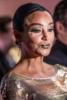 """Weniger wäre hier wirklich mehr gewesen, liebe Verona!  Das goldene Make-up passt zwar gut zum metallischen Glamour-Dress, das sich Verona Pooth für die """"Place 2 B""""-Party im Berliner Restaurant Borchardt ausgesucht hat, die schiere Menge an Lidschatten und Lippenstift wirkt dann aber doch etwas übertrieben."""