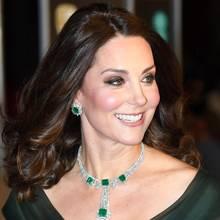 """Kates hochkarätige Ohrringe trug sie bereits im Dezember 2014 im Rahmen eines Dinners im """"Metropolitan Museum of Art"""" in New York, damals allerdings in einer anderen Form. In New York glänzte sie mit den Smaragden in floraler Diamant-Fassung in einer hängender Variante. Für ihren Auftritt bei den BAFTAS holte sie zudem die passende Statement-Kette aus dem königlichen Tresor, bestehend vier Smaragden in Diamant-Fassung."""