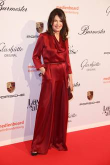 Auch als Lady in Red überzeugt Iris Berben auf der Berlinale.
