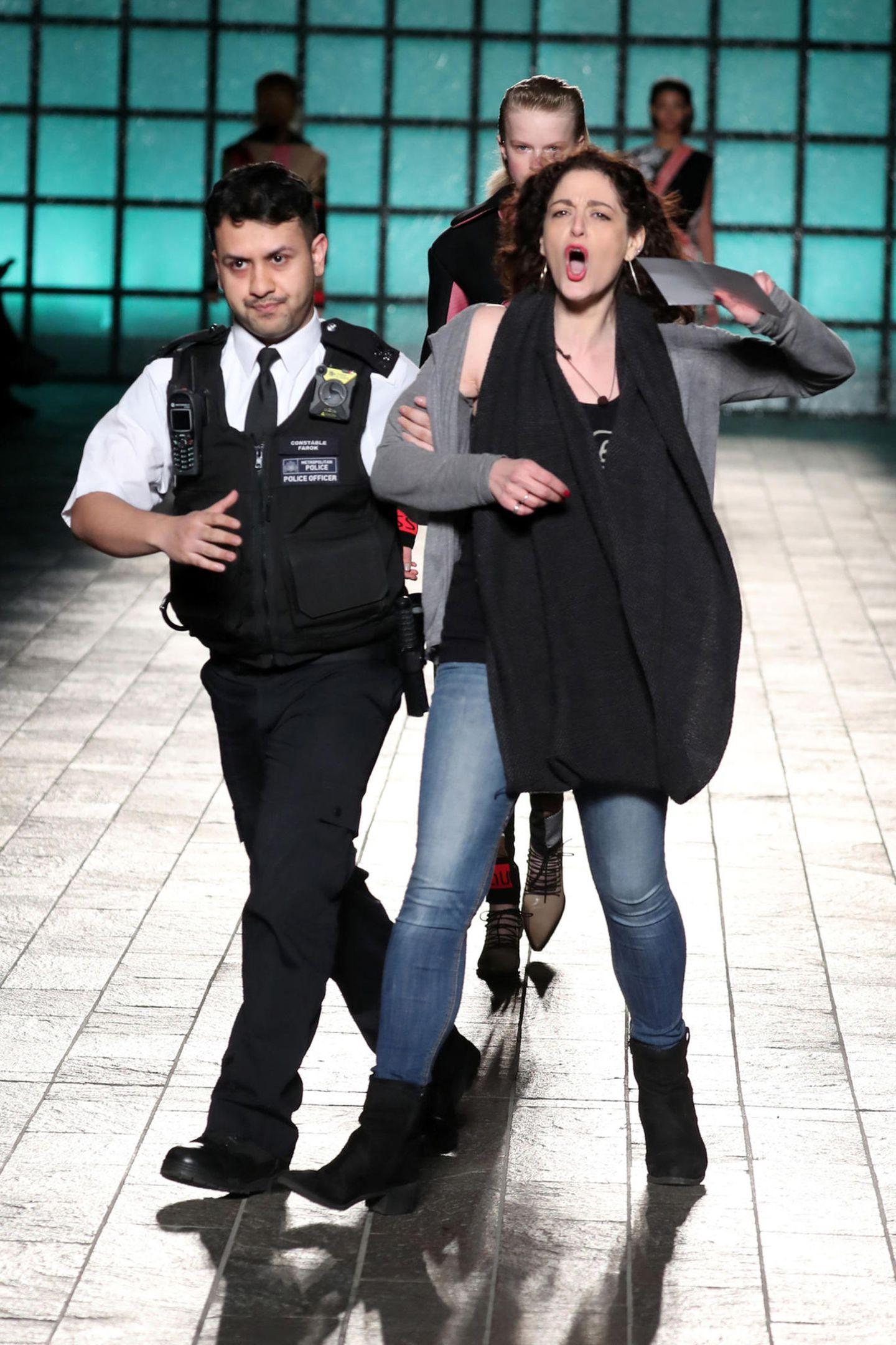 Für Aufsehen sorgte diese Dame, eine Anti-Pelz-Demonstrantin, die lauthals den Laufsteg stürmte und dann von einem Sicherheitsbeamten abgeführt werden musste. Dabei war sie bei der Fashion-Show von Mary Katrantzou völlig fehl am Platz, die war nämlich pelzfrei.