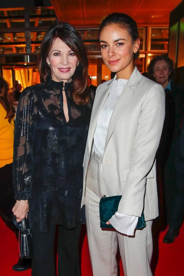 Zwischen Schauspielerin Iris Berben und Janina Uhse liegen fast 40 Jahre Altersunterschied. Doch in Sachen Styling stehen sich die beiden Damen in nichts nach.