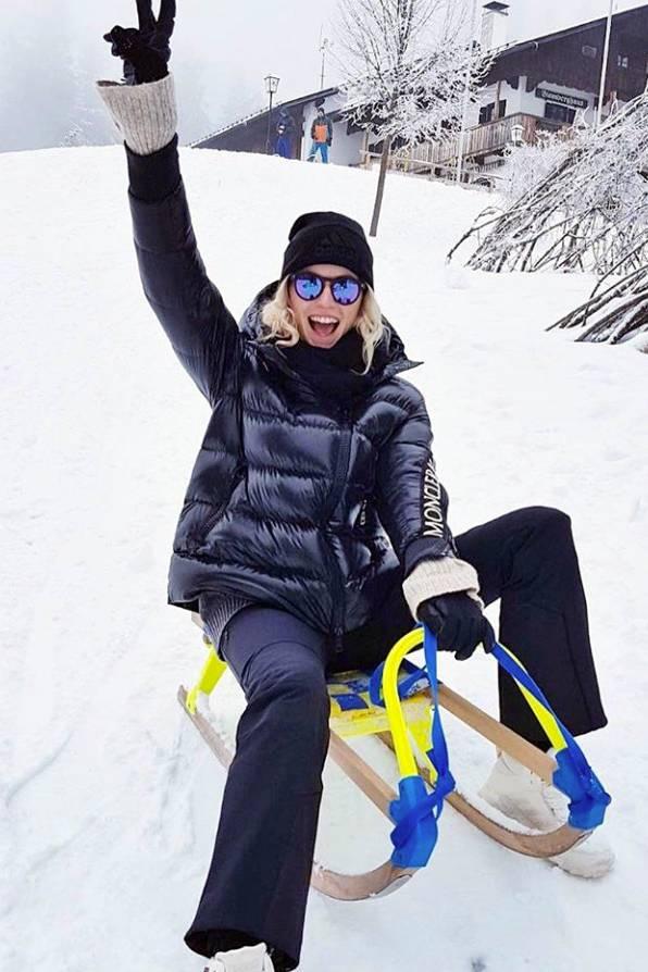 """Topmodel Lena Gercke hat beim Rodeln in Bad Tölz offensichtlich viel Freude. Warm eingepackt in einer Neuauflage des """"Moncler""""-Jackenmodells """"Liriope"""" schlittert sie über den Schnee. Das Modell kostet im Online-Shop der Marke 995 Euro."""