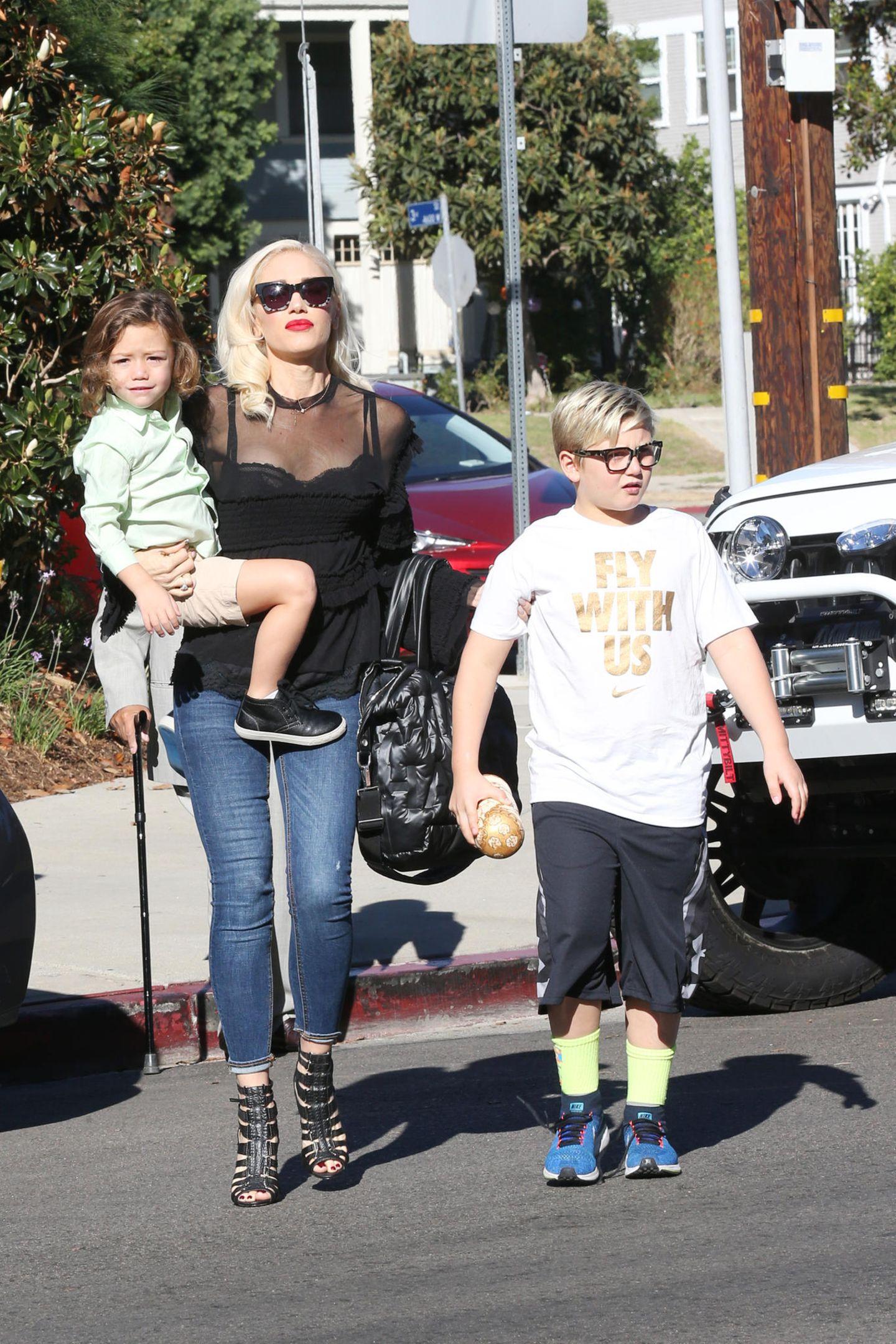 22. Oktober 2017  Auf geht's für Gwen Stefani zum Sonntagsbesuch in die Kirche. Im Schlepptau der Sängerinihre Söhne Apollo und Zuma.