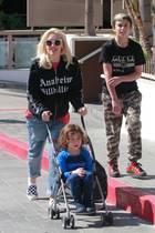 15. Februar 2018  Die Sonne lacht über Los Angeles und Mama Gwen Stefani führt ihre Söhne Kingston und Apollo zu einem Sushi-Lunch in Santa Monica aus.