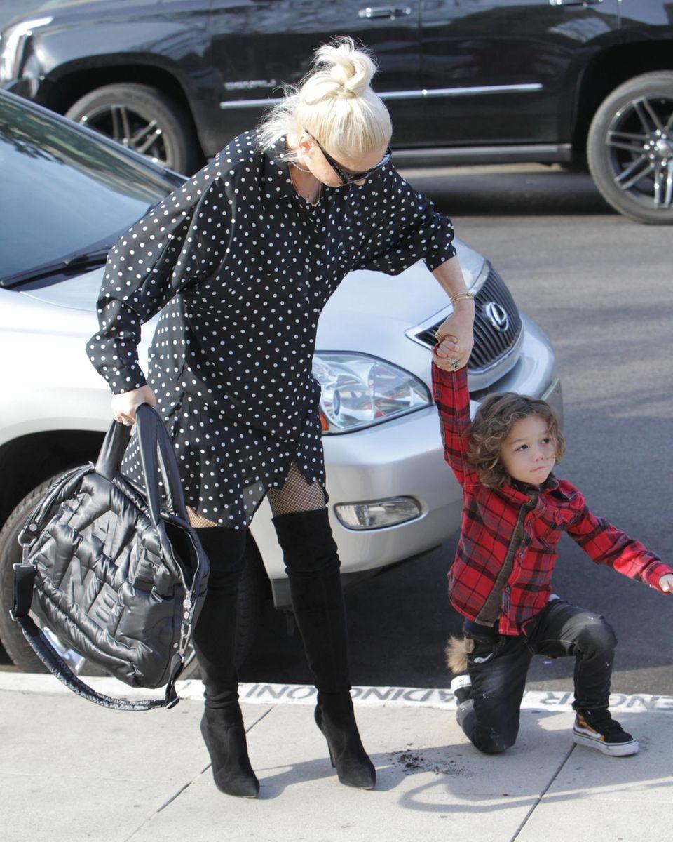 7. Januar 2018  Gwen Stefani ist mit Apollo auf dem Weg zur Kirche. Während die beiden über die Straße stürmen, stolpert der Kleine am Bürgersteig ...