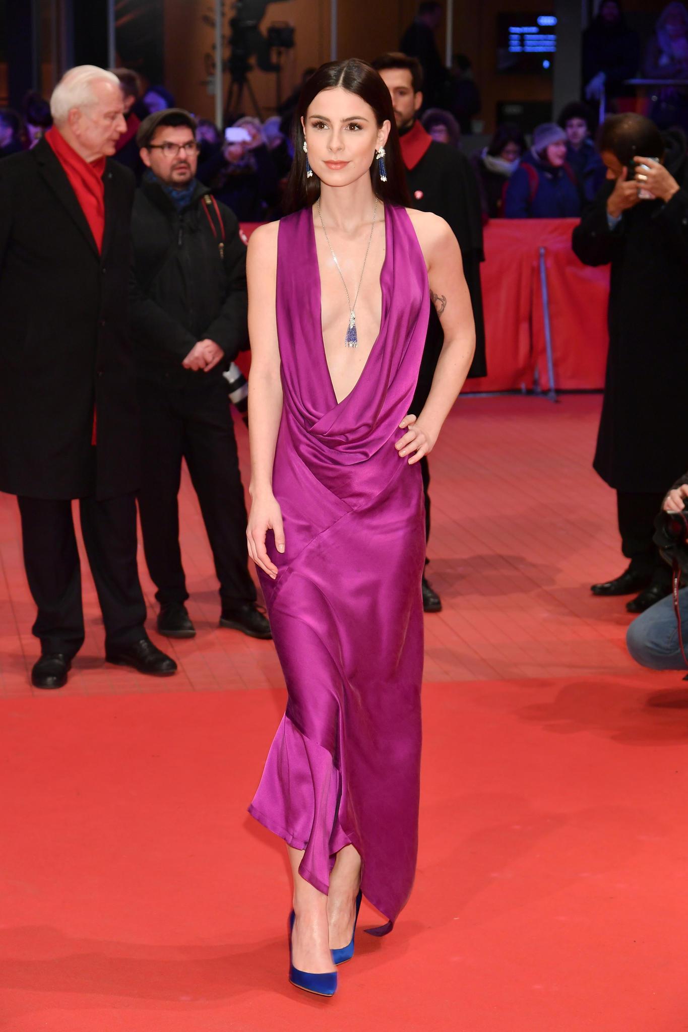 Der absolute Wow-Auftritt des Abends: Lena Meyer-Landrut verzaubert auf dem Red Carpet in einer pinken Kreation von Michael Sonntag Atelier und mit einem heißen Dekolleté.