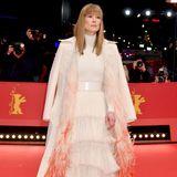 """Beinahe hätten wir Rosamund Pike nicht wiedererkannt. Die Schauspielerin (u.a. """"Gone Girl - Das perfekte Opfer) trägt statt platinblonder Mähne nun einen natürlichen Blondton und Pony."""