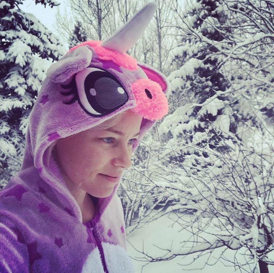 19. Februar 2018  Nanu?! Ein lila Einhorn im Schnee? Nein, es ist die Schauspielerin Elizabeth Banks, die sich für heute einen magischen Tag vorgenommen hat. So so ...