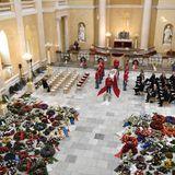 20. Februar  Ein wahres Meer aus Blumen und Kränzen füllt die Kirche.