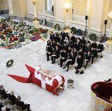 20. Februar  In der Mitte der der Kirche steht der Sarg und links und rechts daneben hat die Familie ihre Plätze.
