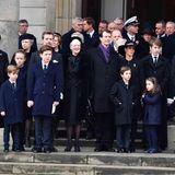 20. Februar 2018  Noch einmal reiht sich die ganze Familie auf und blickt in Richtung des Sarges, der - noch immer bedeckt von der dänischen Fahne - von der Kirche in ein Auto getragen wird.  Königin Margrethe wirkt gefasst, lächelt immer wieder ...