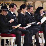 Während des Gottesdienstes wird die Königin von Tränen übermannt.