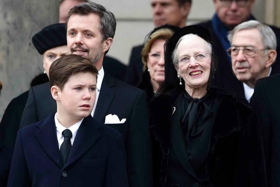 Königin Margrethe, umgeben von ihrer engsten Familie, lächelt immer wieder und schaut etwas versonnen gen Himmel.