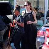 In einem eher unaufregendem Maxikleid zeigt sich Angelina Jolie mit ihren Kindern in Los Angeles. Gemeinsam holen sie Pizza ab, die die Schauspielerin auch gut vertragen kann - denn das weite Kleid versteckt mehr, als es zeigt.