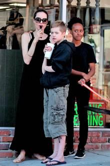 18. Februar 2018  In Los Feliz genießt Hollywoodstar Angelina Jolie ihren Lolli, während sie mit ihren Töchtern Shiloh und Zahara auf leckere Pizza to go wartet.