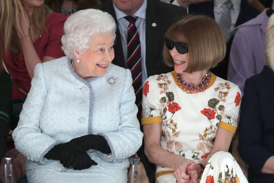 Amüsieren sich prächtig: Die Queen und Anna Wintour