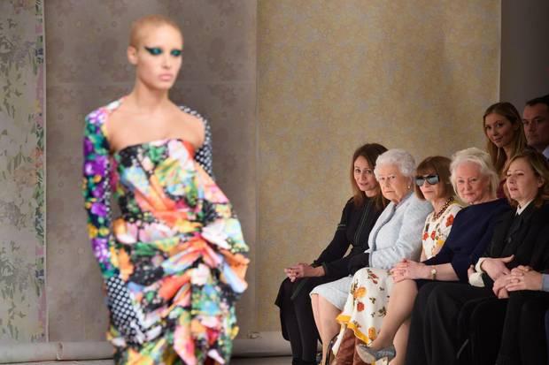 Dieses Outfit würde die Queen sicher niemals tragen. Ihre Begeisterung beim Anblick des bunten Kleides hält sich somit in Grenzen