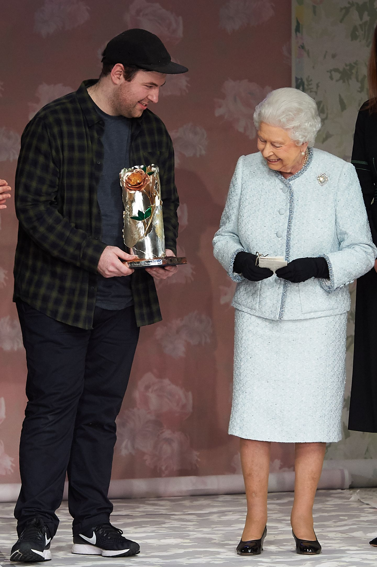 "Die Queen überreicht am 20. Februar 2018 in London den ""Queen Elizabeth II Award for British Design"" an Designer Richard Quinn"