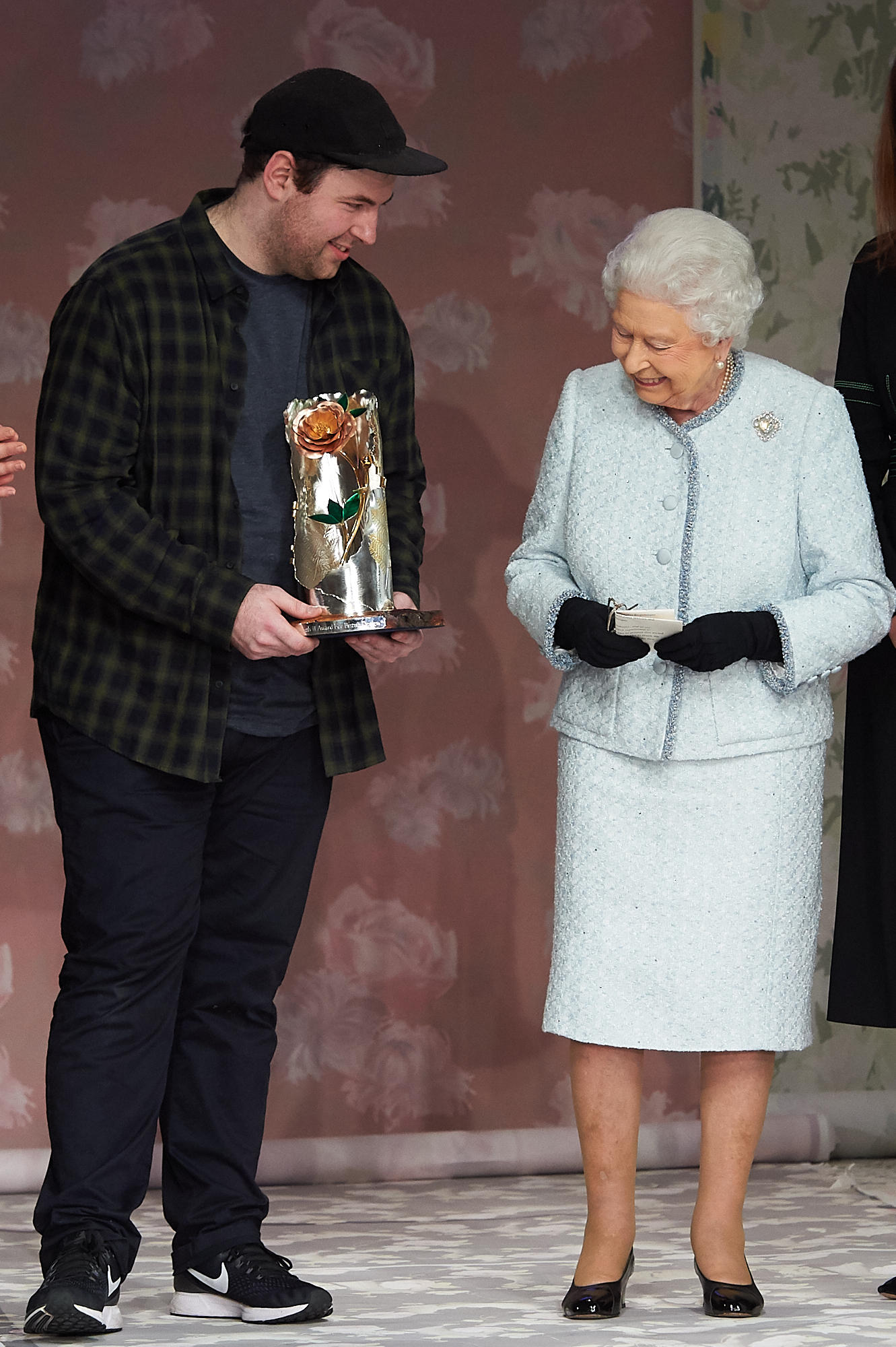 """Die Queen überreicht am 20. Februar 2018 in London den""""Queen Elizabeth II Award for British Design"""" an Designer Richard Quinn"""