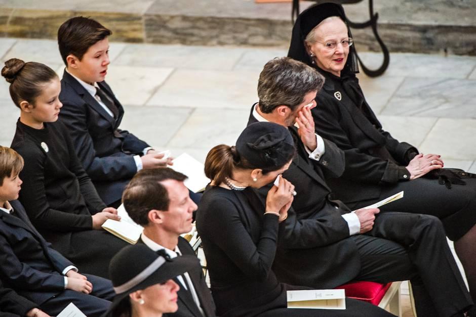 Die Königsfamilie nimmt Abschied von Prinz Henrik