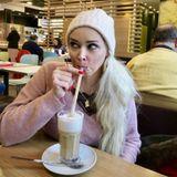 """Daniela Katzenberger hat es sich in einem Fast-Food-Restaurant gemütlich gemacht und schlürft nach eigenen Angaben """"nur"""" einen Kaffee. Wahrscheinlich schielt die kesse Blondine gerade auf die Pommes von Ehemann Lucas?!"""