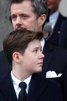 20. Februar 2018  Königin Margrethe hält sich tapfer - muss dann aber doch weinen. Enkel Prinz Christians fürsorglicher Blick zeigt, dass er trotz seines jungen Alters der geliebten Großmutter Halt gibt, in dieser schweren Zeit.