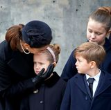20. Februar 2018   Prinzessin Mary tröstet Tochter Josephine. Auch die Geschwister der weinenden Prinzessin, Isabella und Vincent sind den Tränen nahe.