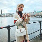 Kaffee mit Alsterblick. Bloggerin Caro Daur genießt ihren Coffee-to-go vor einer malerischen Kulisse in ihrer Heimatstadt Hamburg.