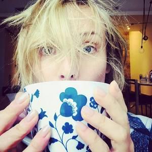 Huch, da ist aber einer noch ganz schön verpennt. Hollywood-Star Diane Kruger genießt ihren morgendlichen Tee und versteckt ihr noch müdes Gesicht hinter einer riesen Tasse.