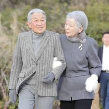 19. Februar 2018  Japans Kaiserpaar Akihito und Michiko unternimmt einen Spaziergang zum Strand von Hayama, der in der Nähe des kaiserlichen Anwesens liegt. Dicke Handschuhe sollen vor der Kälte schützen.