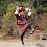 21. Februar 2018  König Jigme wird 38 und feiert diesen Tag mit einem Ausflug nach Taktsang. Für seinen kleinen Sohn ist es der erste Besuch an diesem Ort, der als einer der heiligsten im Land gilt. Und weil der Vater einige Faxen zu machen scheint, hat Bhutans Erbprinz jede Menge Spaß.