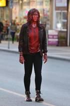 """Schockfoto von der Schauspielerin Katherine Langford. Bei den Dreharbeiten für ihren neuen Film """"Spontaneous"""" in Vancouver, ist die 21-Jährige kaum wieder zuerkennen. Blutverschmiert läuft sie nahezu zombieartig über die Straße. Der Science-Fiction-Film handelt von einem Mädchen, dessen Klassenkameraden plötzlich buchstäblich um sie herum explodieren. Schaurig schaut es in jedem Fall aus."""