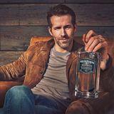 """Neben seiner Arbeit als Schauspieler und Produzent ist Hollywood-Beau Ryan Reynolds nun ins Gin-Buisiness eingestiegen und frischgebackener Besitzer von """"Aviation Gin.""""Auf Twitter gibt der Ehemann von Blake Lively bekannt, dass er die in Portland ansässige Spirituosenfirma gekauft hat. Na, dann Prost!"""